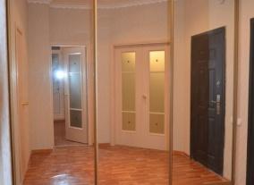 Встроенный шкаф-купе в прихожую с зеркальными дверями
